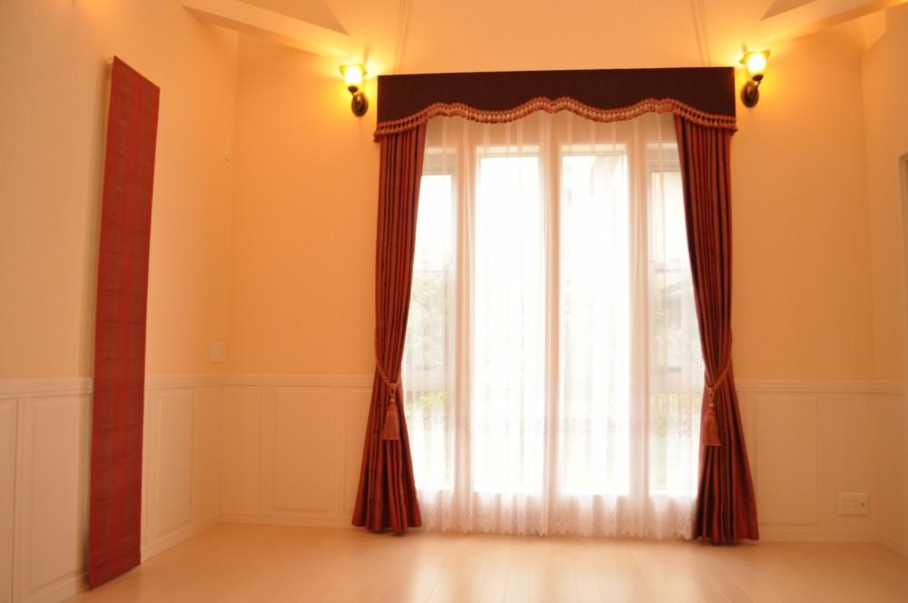 ホテルライクな赤いバランスカーテン 輸入住宅
