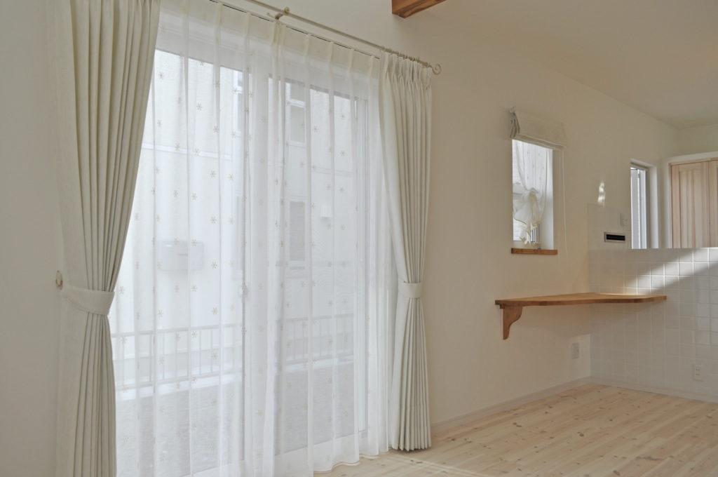 アイボリー×小花柄 ナチュラルスタイル 小窓 楽々自然住宅 守山市