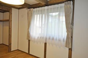 サイエンスホーム 寝室 輸入カーテン 刺繍柄