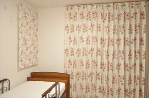 バラ柄ドレープ ロマンチック  寝室 小花刺繍レース ハンガリー製