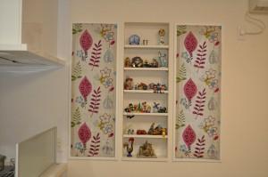 小窓にプレーンシェード 絵画のようなデザイン 刺繍ドレープ