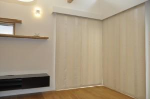 イギリス製サンゴ柄のカーテン ダブルシェードでナチュラルモダン 國吉設計事務所
