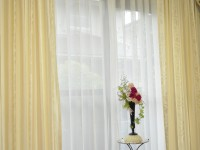 カーテンの掛け替えでエレガントな窓辺 ボンディングバランス 蔦(つた)柄カーテン