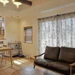 ブラウンの麻カーテンでカフェ風リビング 雑貨の似合うお家 ゆずデザイン 草津市