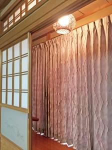 縁側のカーテン グレー×オレンジ 和モダンなドレープ