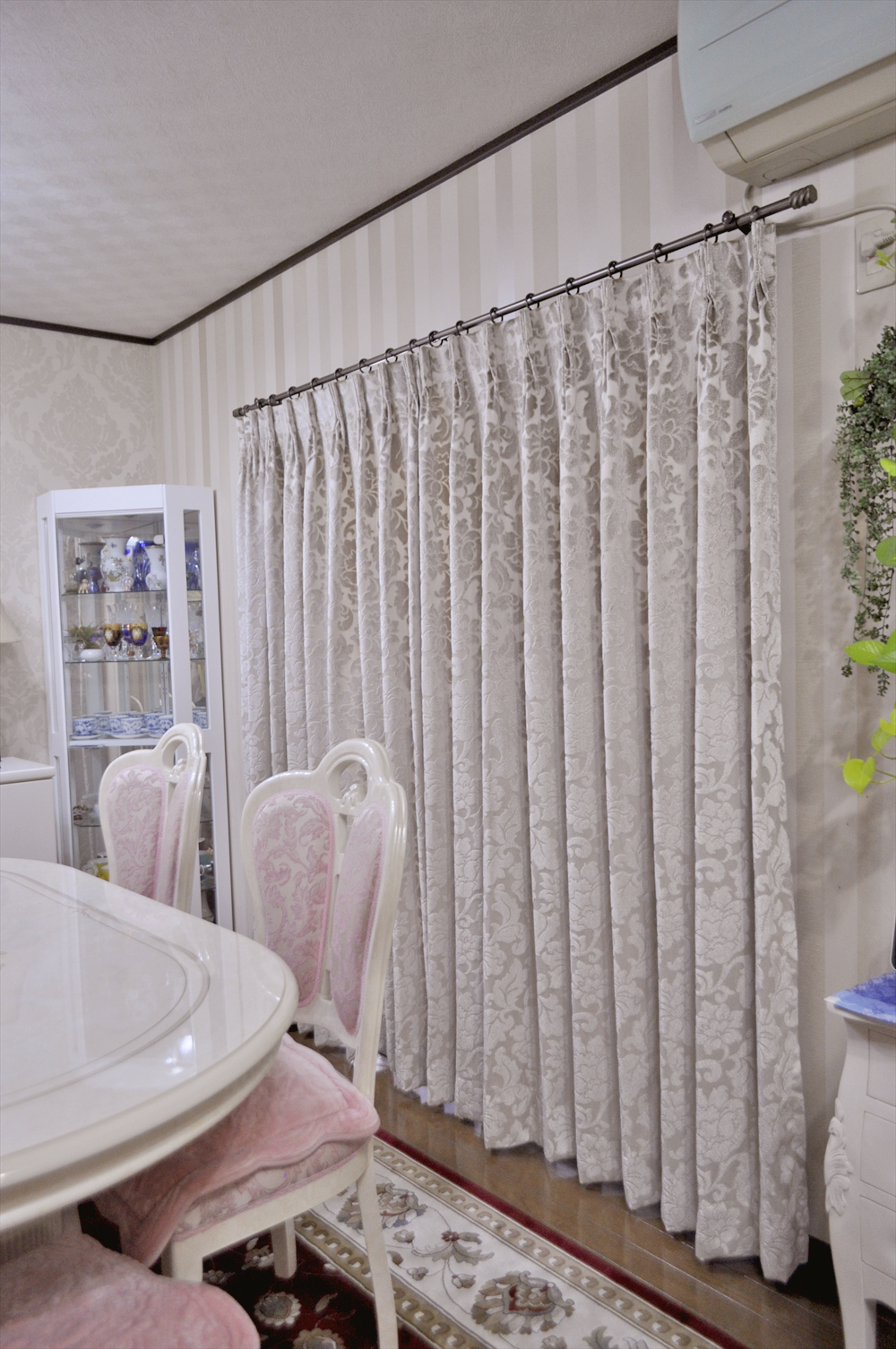 カーテンの掛け替え グレージュの光沢が美しいドレープ 輸入クロスとの組み合わせ