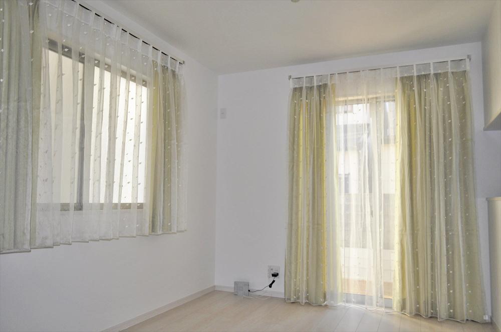 オレンジベージュの刺繍レース レースメインのスタイル 和室のカーテン
