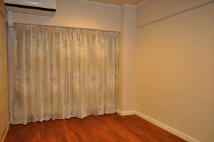 ボタニカル柄の刺繍レース ボルドーの花柄クロスに合わせて ラグジュアリーな寝室