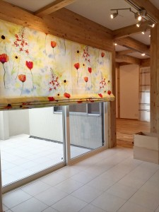アートの様な色彩のカーテンで窓を飾る サイエンスホーム