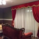 赤色ベルベットの輸入カーテン バランスカーテンのある豪華な寝室 セキスイハイム