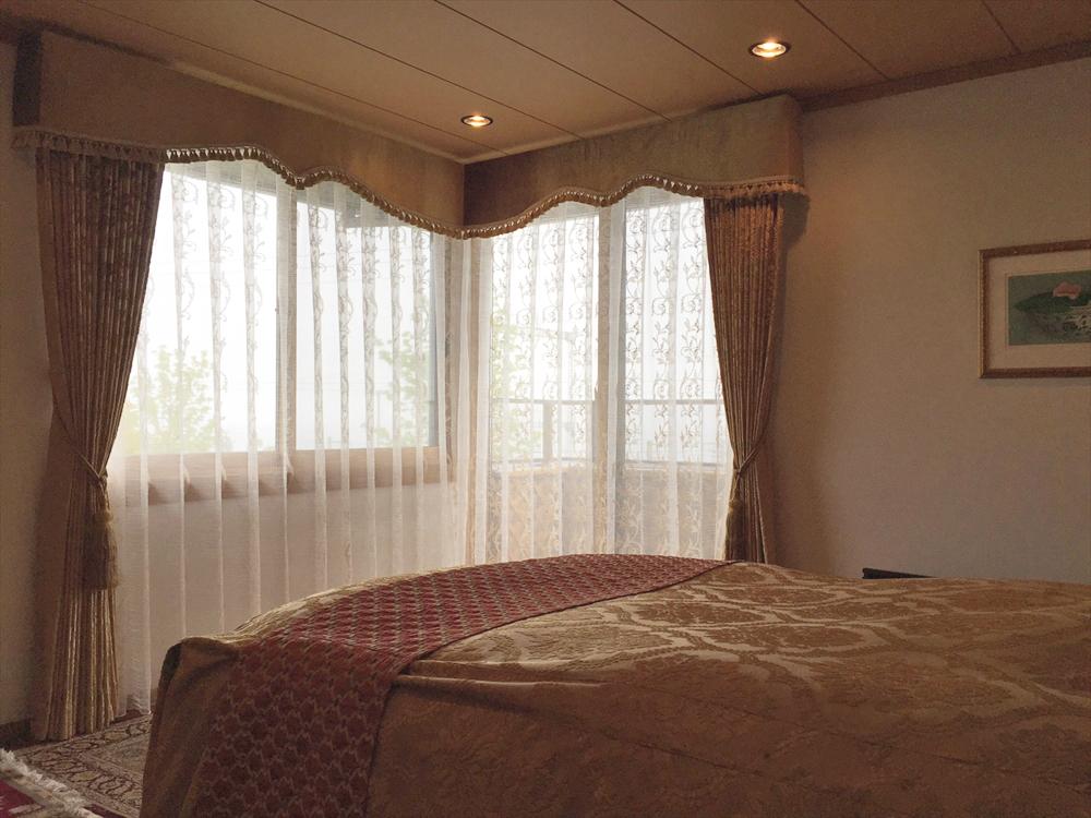 ゴールドベルベットのダマスク柄 寝室にバランスカーテン お揃いのベッドスプレッド