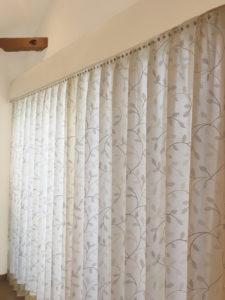 サテン地にリーフ刺繍のドレープ アイボリーベージュのカーテン カーテンの掛け替え