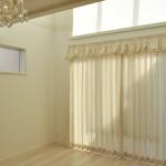 エンジェル柄のカーテン クリーム色のギャザーバランスで可愛い窓辺に