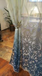 フィスバ社のグラデーションレース リゾートスタイルなヘアサロンのカーテン