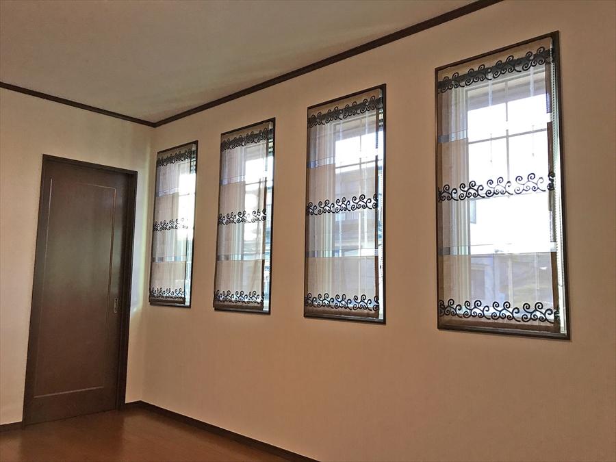 253.ロールスクリーンとプレーンシェードでデザインと機能性を兼ね備えた窓に