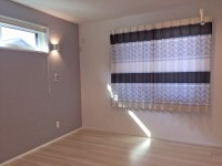 255.壁紙とカーテンの色を合わせてワンランク上の空間