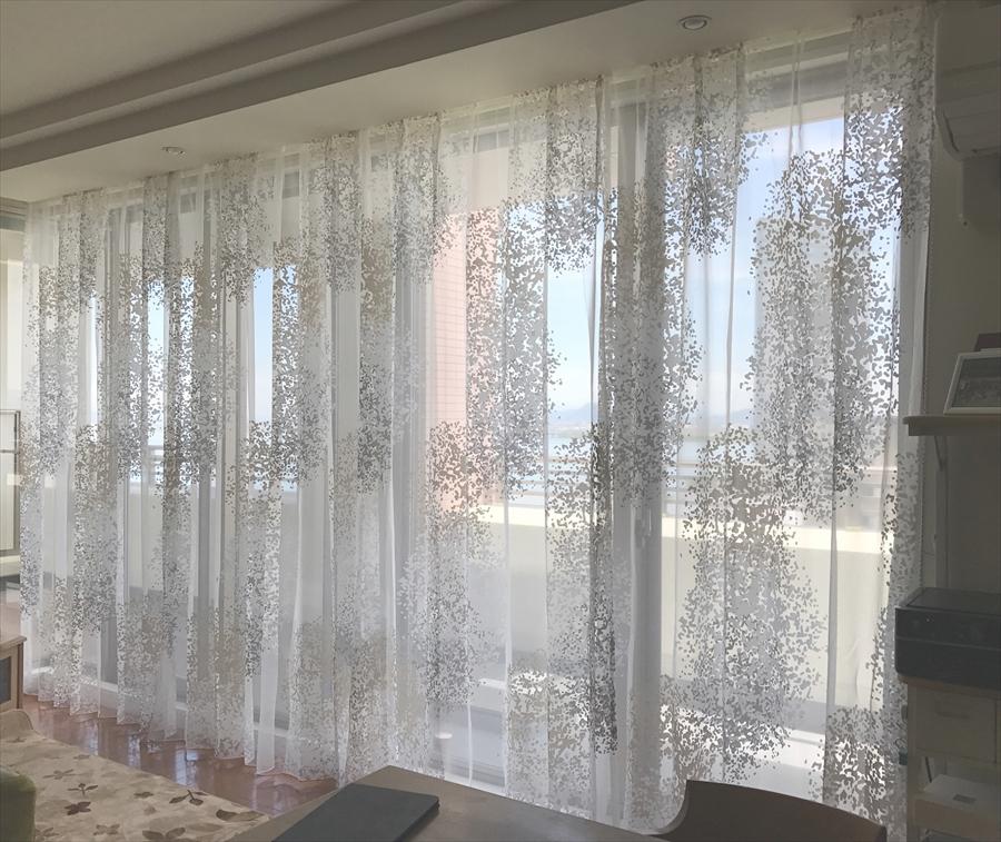 307.カーテンを天井から吊らしてダイナミックな窓辺を演出