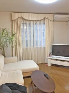 窓が大きくお部屋が広く見えるように、腰窓のカーテン丈をあえて床まで