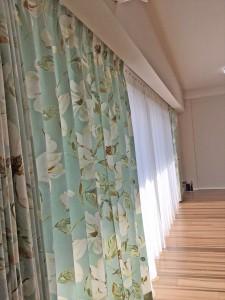 324.大柄の花柄プリント 華やかで落ち着きのあるお部屋に