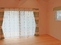 330.輸入生地ならではの色合いとデザインを楽しむカーテン