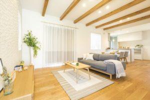 344.木製の装飾レールと木製ブラインドでおしゃれにすっきりとしたお部屋に