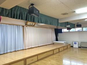 ベルベット生地で重厚感のある舞台幕(緞帳)を施工     草津幼稚園